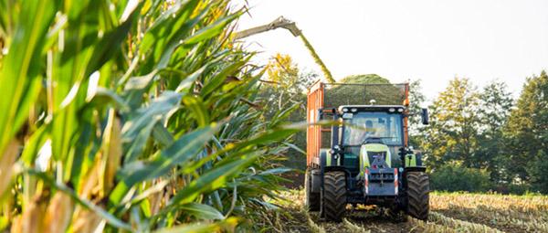 JOSERA Traktor bei der Ernte
