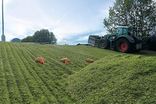 JOSERA Maschinen bei der Ernte, Grassilage