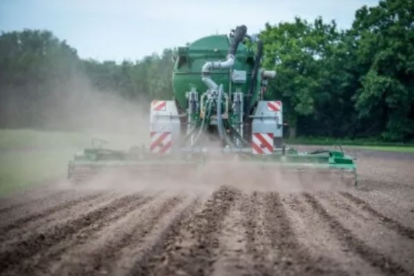 JOSERA Traktor beim Düngen