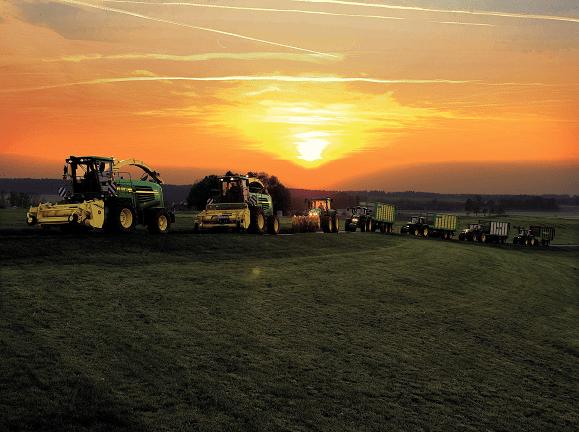 JOSERA Traktoren im Sonnenuntergang