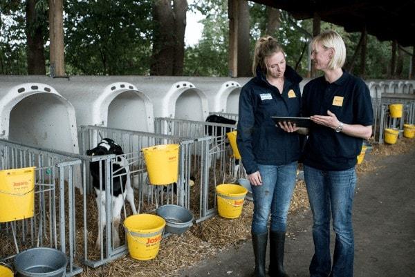 JOSERA Fütterungsberatung im Stall mit zwei Frauen